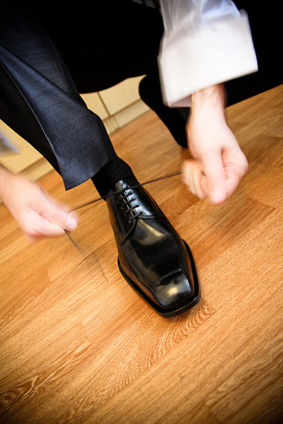 sposo allaccia le scarpe