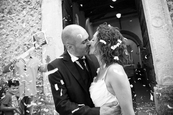 sposi-uscita-chiesa-vicenza-bacio-riso-coriandoli-lancio-matrimonio