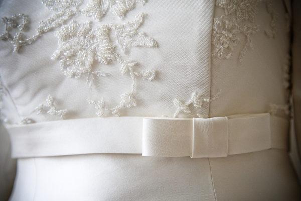 particolare del vestito della sposa