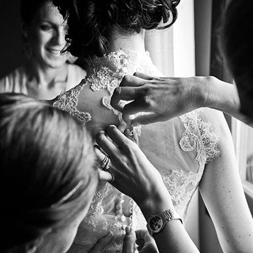 mani-chiudono-bottoni-vestito-sposa_500B